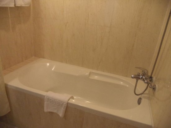 Asian Ruby Luxury Hotel: BATH! Yay