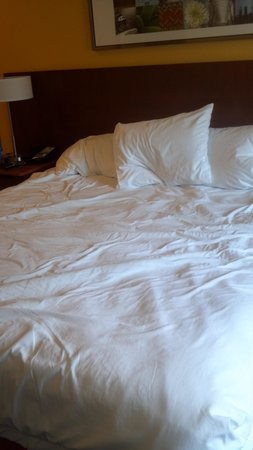 Fairfield Inn Charlotte Mooresville/Lake Norman: lumpy sunken bed