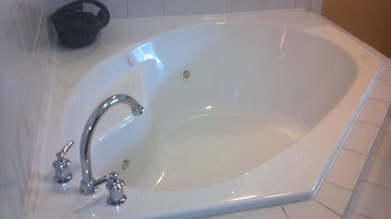 Fairfield Inn Charlotte Mooresville/Lake Norman: bad faucet placement