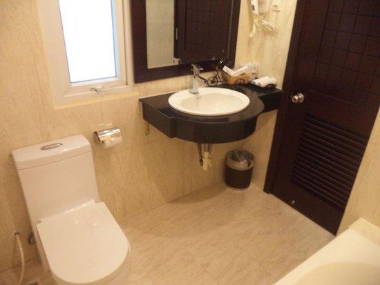 Asian Ruby Luxury Hotel: Bathroom