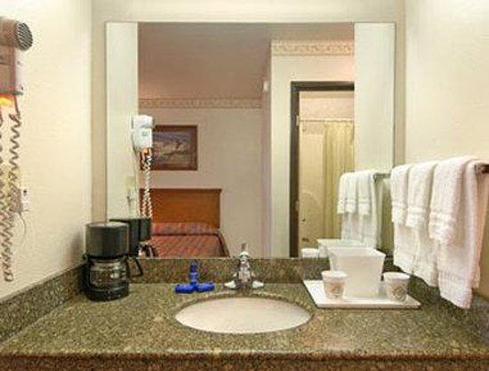 Days Inn & Suites Brinkley: Bathroom