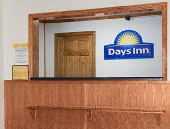 Days Inn Stoughton WI: Front Desk