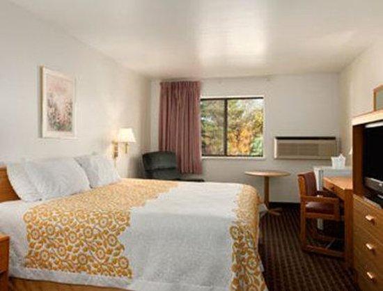 Days Inn Stoughton WI: Standard King Room