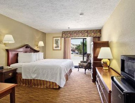 Days Inn & Suites Red Rock-Gallup : Standard One King Bed Room.