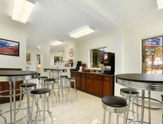 Howard Johnson Inn Flagstaff University West : Breakfast Area