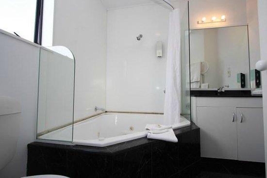 Fairmont Motor Lodge: Ensuite bathroom