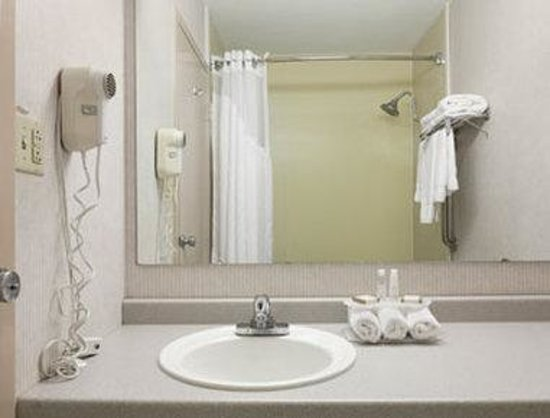 Baymont Inn & Suites Keokuk: Bathroom