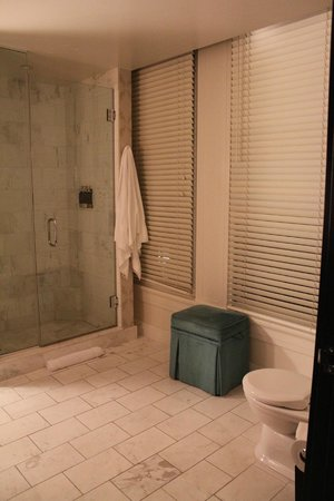 The Nines, a Luxury Collection Hotel, Portland: Bathrooms are spacious.