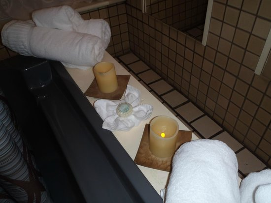 Palace Hotel & Bath House Spa: Candles and towels; are you ready to releax in a bath?