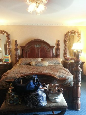 Fulton Steamboat Inn: Comfy bed