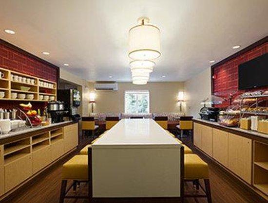 Hawthorn Suites by Wyndham Greensboro: Breakfast Area