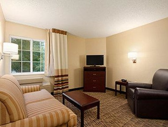Hawthorn Suites by Wyndham Greensboro: Living Room