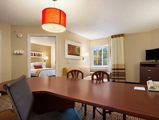 Hawthorn Suites by Wyndham Greensboro: Workplace