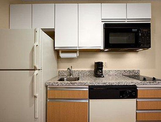 Hawthorn Suites by Wyndham Greensboro: Kitchen