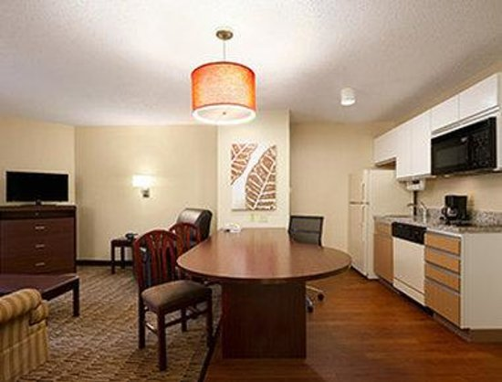 Hawthorn Suites by Wyndham Greensboro: Queen Suite