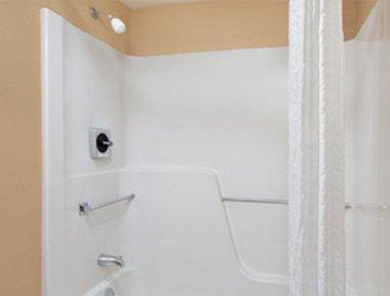 Days Inn Hagerstown: ADA Bathroom
