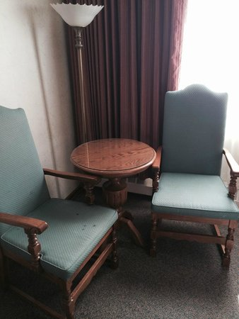 Banff International Hotel: Picture of Room Furnishings