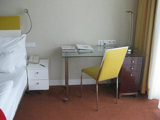 andel's by Vienna House Prague: tiny desk