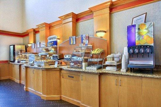 Holiday Inn Express & Suites Boise West - Meridian : Hot Breakfast Holiday Inn Express Boise West MeridianBreakfast Bar