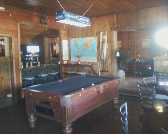 Gena's Sierra Inn: Relax with a game of pool and a drink in our lounge.
