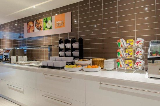 Holiday Inn Express The Hague - Parliament : Our complimentary continental breakfast buffet