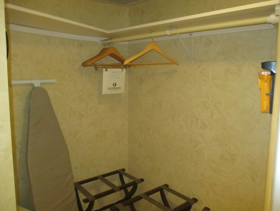 Outrigger Waikiki Beach Resort : Large closet area in bathroom