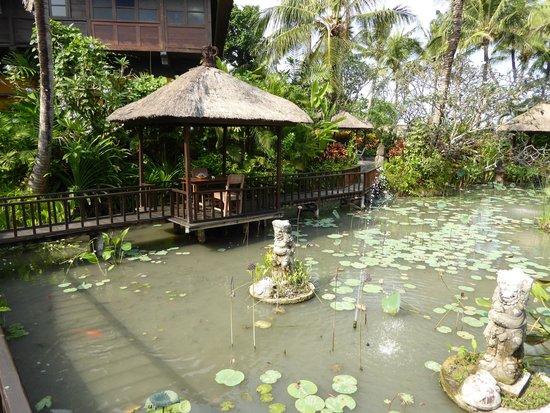 Hotel Tugu Bali: Deel van de tuinen met een eventuele dinerplek voor twee