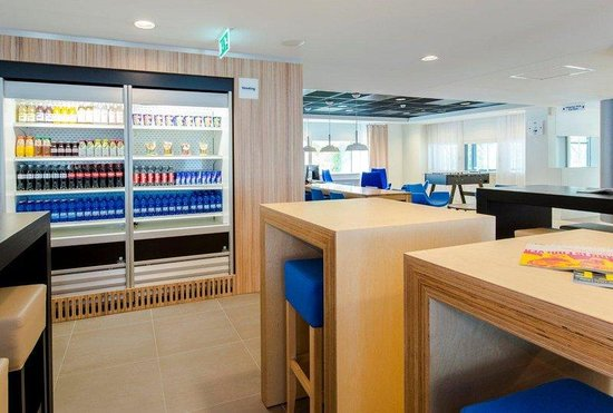 Holiday Inn Express Rotterdam - Central Station : Take your to go snack from our vending into the city centre