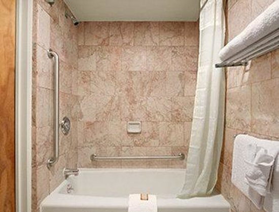 Oh St Joseph Resort Hotel: ADA Bathroom