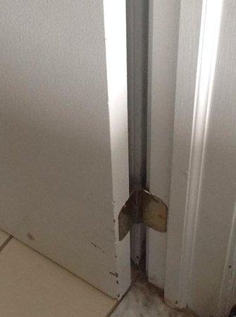 Sonesta ES Suites Somers Point : Scratched up door