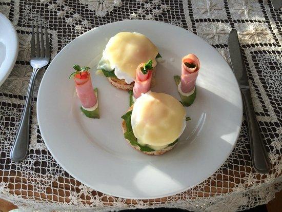 Trevallyn House B & B: Eggs Benedict@breakfast.