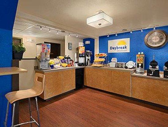 Days Inn & Suites Stevens Point: Breakfast Area