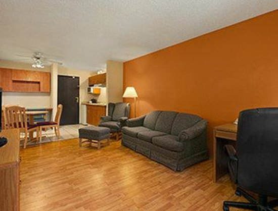 Days Inn & Suites Stevens Point: Two Room Suite
