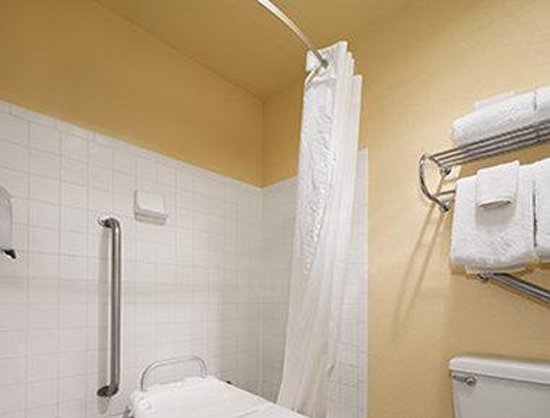 Days Inn & Suites Stevens Point: ADA Bathroom