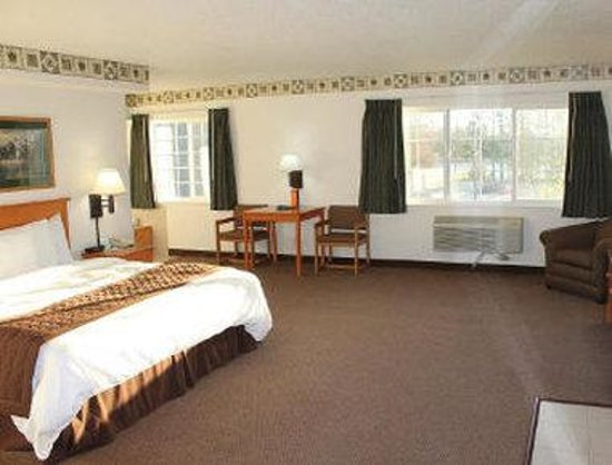 Baymont Inn & Suites Baxter/Brainerd Area: King Whirlpool Suite