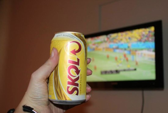 Rei Salomao Hotel : Having a beer from the mini bar while watching the game