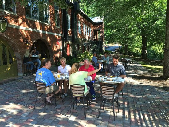Historic Tapoco Lodge Resort: Breakfast on The Cheoah River Patio