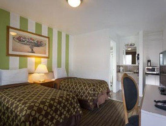Knights Inn Berkeley CA: 2 Queen Bed Room