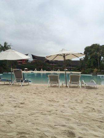 Le Meridien Tahiti : Piscine avec sable mais transats et parasols en fin de vie.