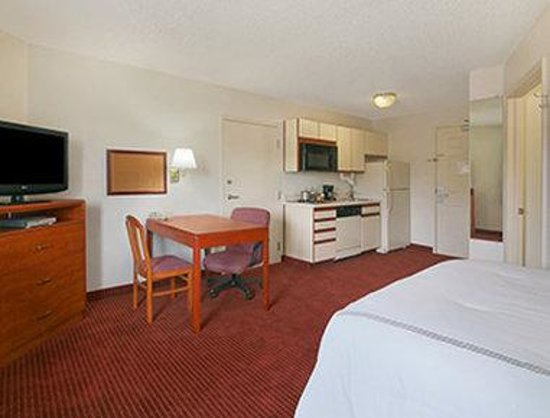Days Inn & Suites Green Bay WI: Business Queen Room