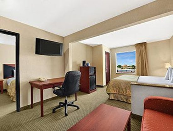 Baymont Inn & Suites Marrero: Two King Bed Suite