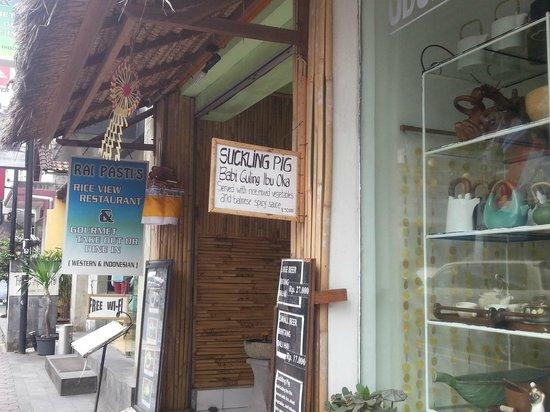 Warung Babi Guling Ibu Oka 3: Fake Ibu Oka in Monkey Forest Road. Taste horrible...
