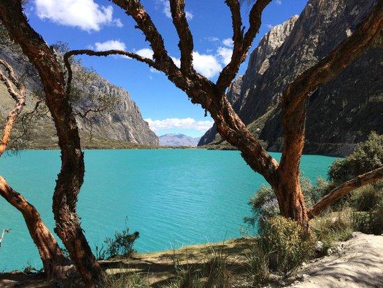 Llanganuco Mountain Lodge: LLanganuco Lakes. Do not miss this hike!