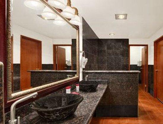 Ramada Tukwila Southcenter: Suite Bathroom