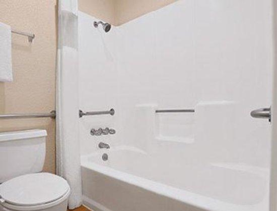 Super 8 El Centro: ADA Bathroom