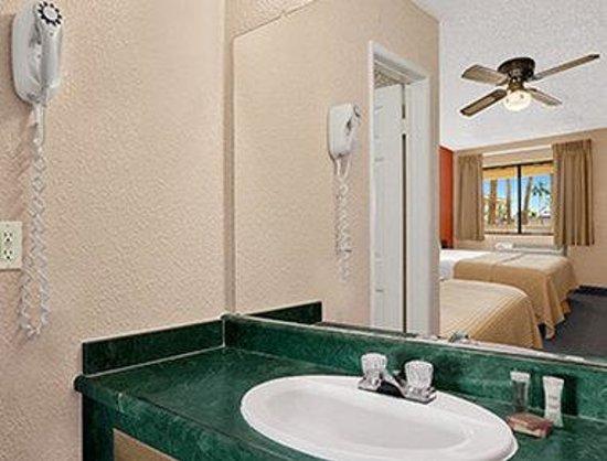 Super 8 El Centro: Bathroom