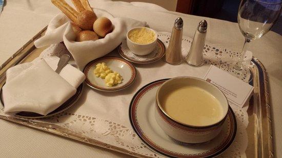Llao Llao Hotel and Resort, Golf-Spa: Sopa de cebola, servida no quarto