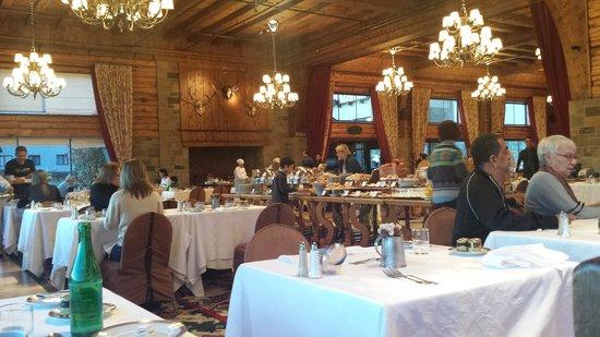 Llao Llao Hotel and Resort, Golf-Spa: Salão do café da manhã com mesa GIGA ao centro