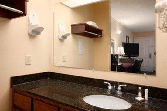 Baymont Inn & Suites Gaffney: Bathroom