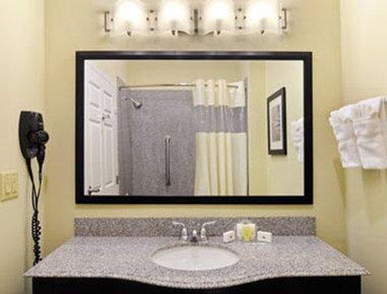 Wingate by Wyndham Lake Charles Casino Area: Bathroom